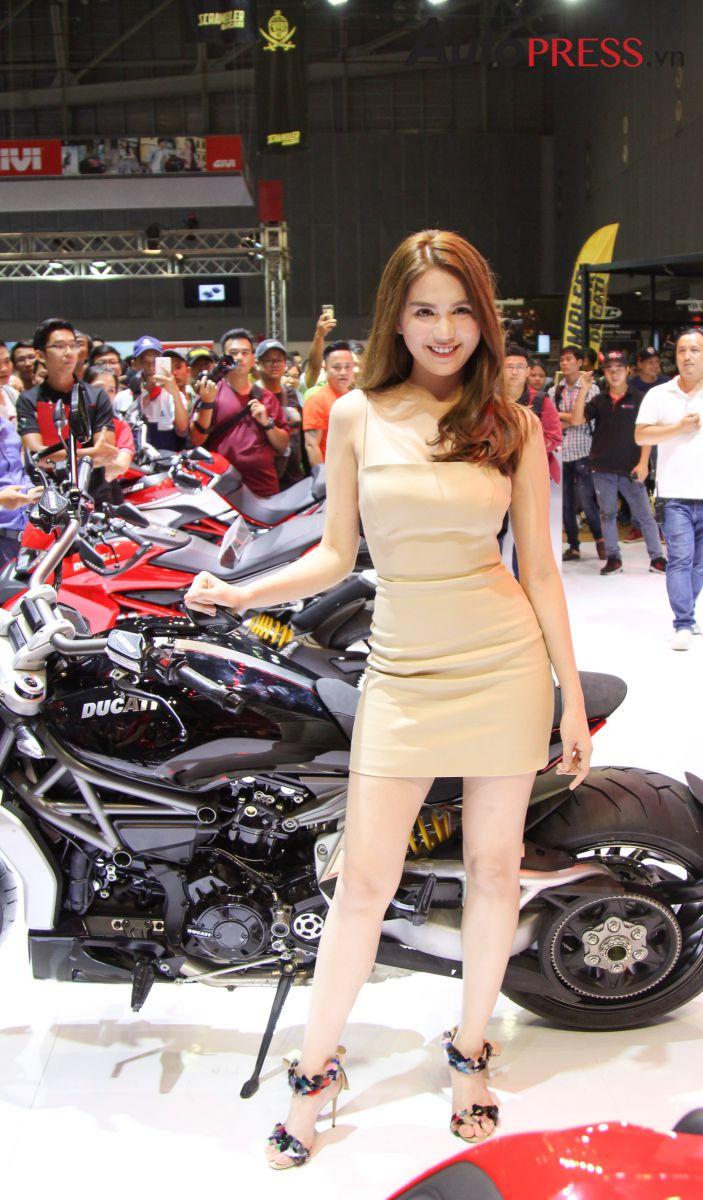 Ducati Scrambler Cafe Racer >> [VMCS 2017] Ngọc Trinh bất ngờ ghé gian hàng Ducati Việt Nam